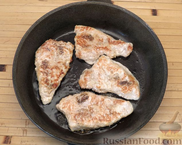 Фото приготовления рецепта: Отбивные из индейки, запечённые со сметаной - шаг №5