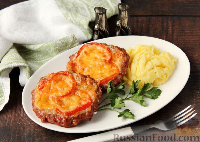 Фото к рецепту: Котлеты из мясного фарша, запечённые с сыром и помидорами