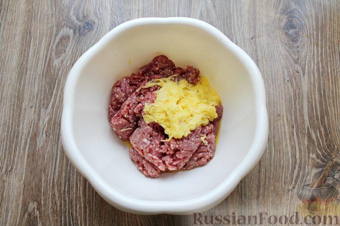 Фото приготовления рецепта: Котлеты из мясного фарша, запечённые с сыром и помидорами - шаг №3