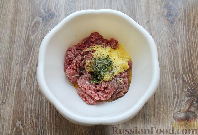 Фото приготовления рецепта: Котлеты из мясного фарша, запечённые с сыром и помидорами - шаг №4