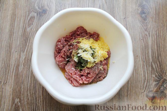 Фото приготовления рецепта: Котлеты из мясного фарша, запечённые с сыром и помидорами - шаг №5