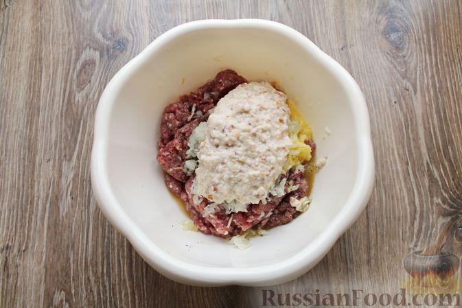 Фото приготовления рецепта: Котлеты из мясного фарша, запечённые с сыром и помидорами - шаг №7