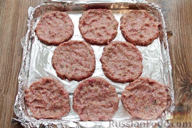Фото приготовления рецепта: Котлеты из мясного фарша, запечённые с сыром и помидорами - шаг №9