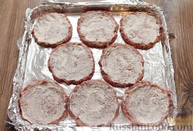 Фото приготовления рецепта: Котлеты из мясного фарша, запечённые с сыром и помидорами - шаг №10
