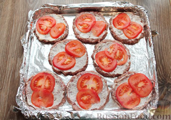 Фото приготовления рецепта: Котлеты из мясного фарша, запечённые с сыром и помидорами - шаг №11