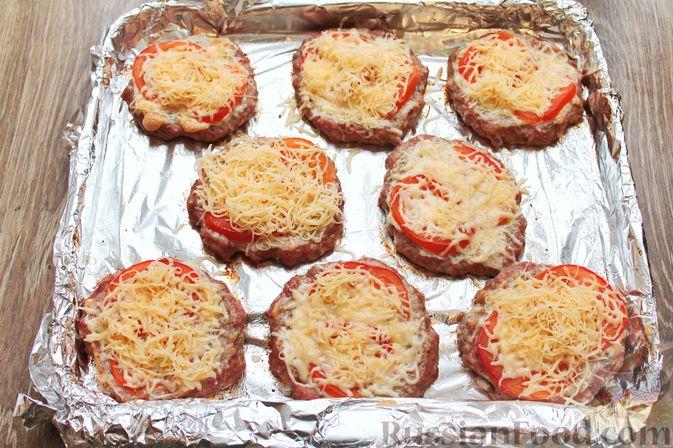 Фото приготовления рецепта: Котлеты из мясного фарша, запечённые с сыром и помидорами - шаг №12