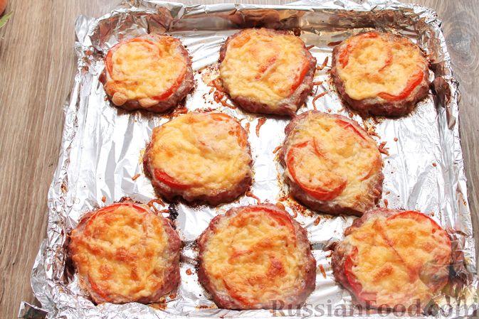 Фото приготовления рецепта: Котлеты из мясного фарша, запечённые с сыром и помидорами - шаг №13