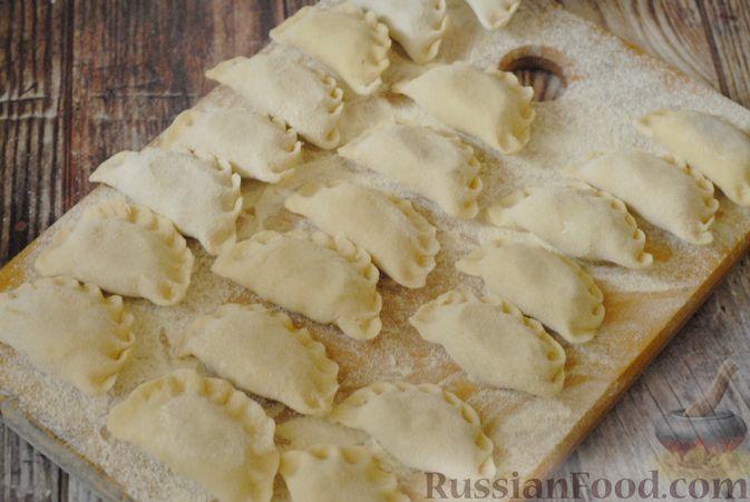 Фото приготовления рецепта: Вареники с черносливом и творогом - шаг №14