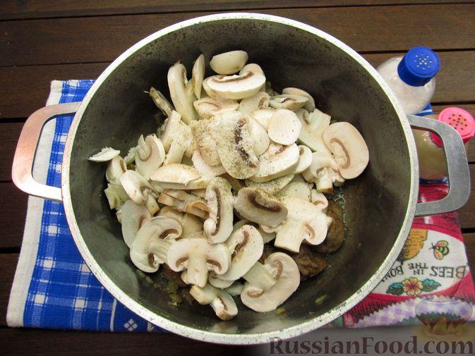 Фото приготовления рецепта: Булгур с куриной печенью и шампиньонами - шаг №8