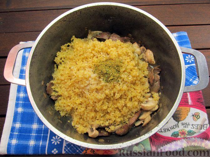 Фото приготовления рецепта: Булгур с куриной печенью и шампиньонами - шаг №10