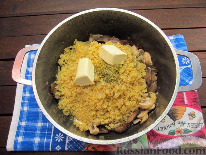 Фото приготовления рецепта: Булгур с куриной печенью и шампиньонами - шаг №11