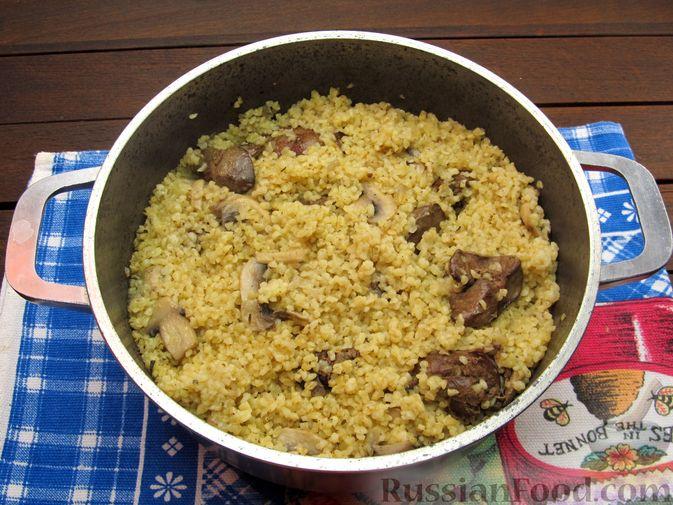 Фото приготовления рецепта: Булгур с куриной печенью и шампиньонами - шаг №13