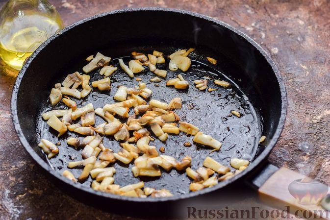 Фото приготовления рецепта: Кальмары, фаршированные омлетом с грибами - шаг №5