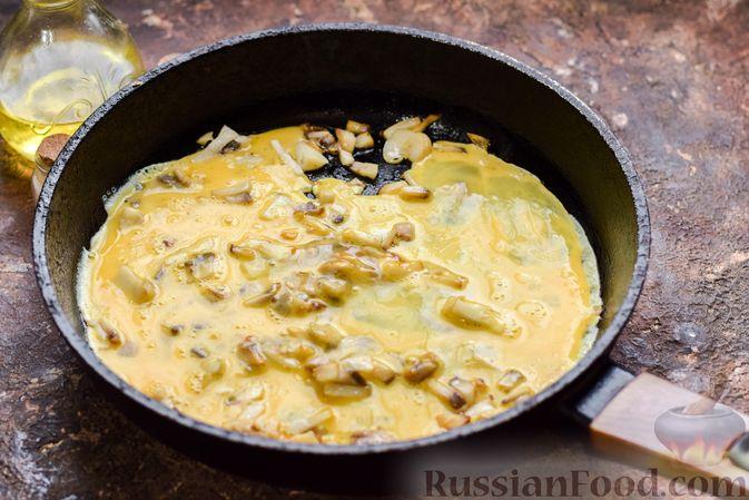 Фото приготовления рецепта: Кальмары, фаршированные омлетом с грибами - шаг №6