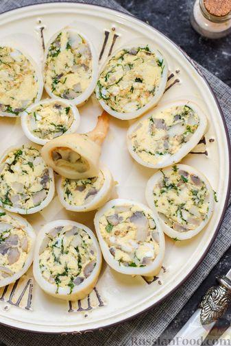 Фото приготовления рецепта: Кальмары, фаршированные омлетом с грибами - шаг №13