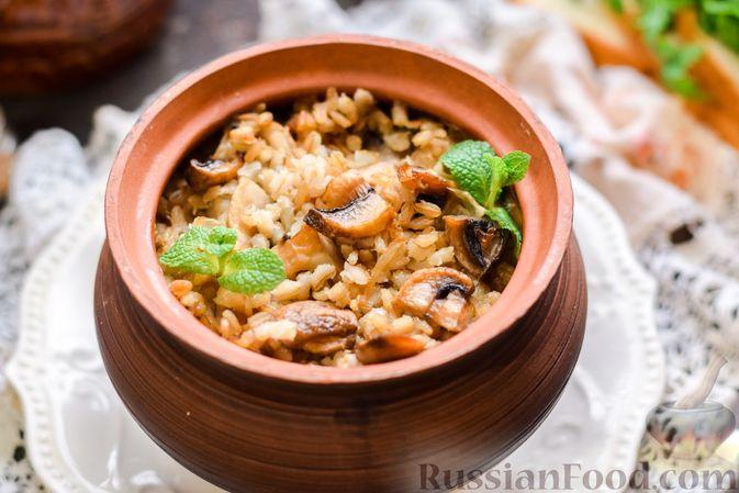 Фото к рецепту: Перловая каша с грибами (в горшочках)