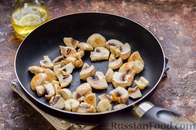 Фото приготовления рецепта: Перловая каша с грибами (в горшочках) - шаг №4