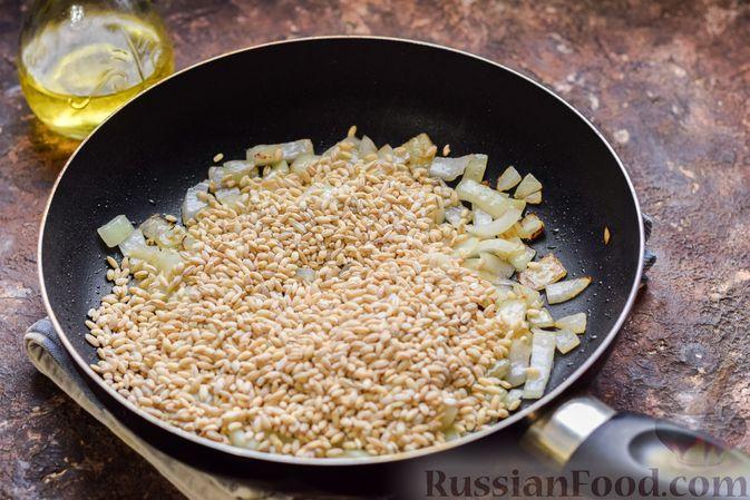 Фото приготовления рецепта: Перловая каша с грибами (в горшочках) - шаг №6