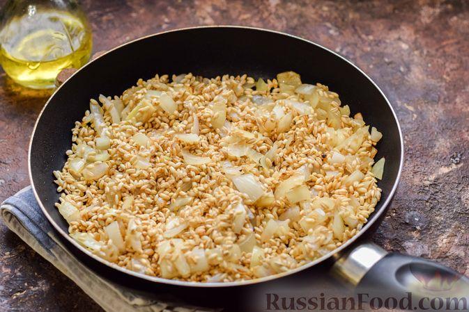 Фото приготовления рецепта: Перловая каша с грибами (в горшочках) - шаг №7