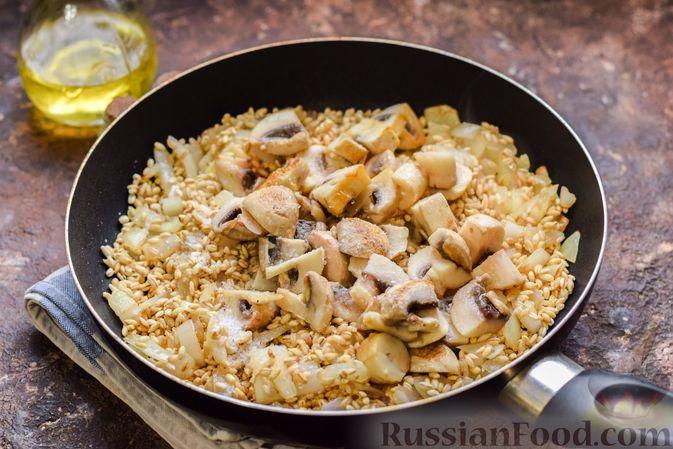 Фото приготовления рецепта: Перловая каша с грибами (в горшочках) - шаг №8
