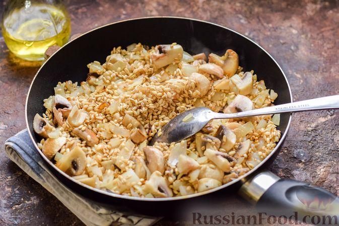 Фото приготовления рецепта: Перловая каша с грибами (в горшочках) - шаг №9