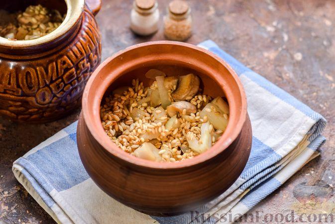 Фото приготовления рецепта: Перловая каша с грибами (в горшочках) - шаг №10