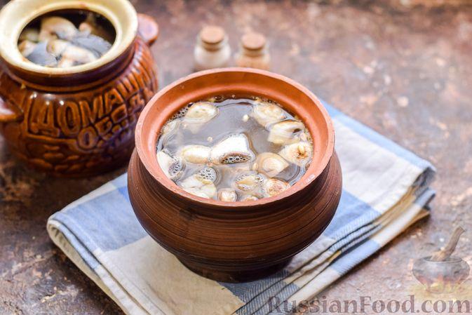 Фото приготовления рецепта: Перловая каша с грибами (в горшочках) - шаг №11