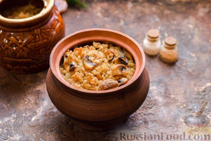 Фото приготовления рецепта: Перловая каша с грибами (в горшочках) - шаг №12