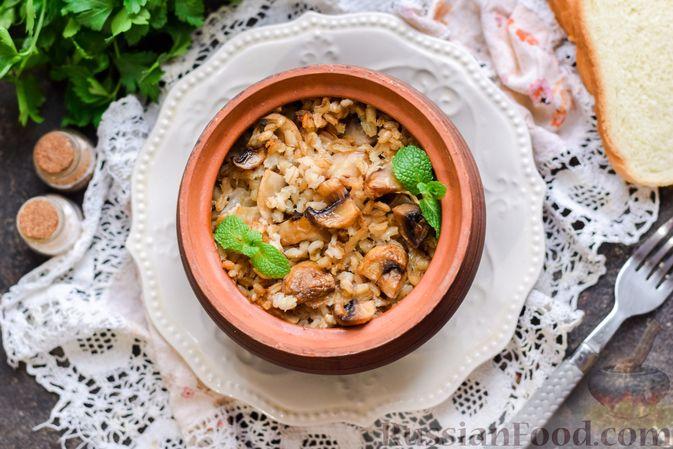 Фото приготовления рецепта: Перловая каша с грибами (в горшочках) - шаг №13