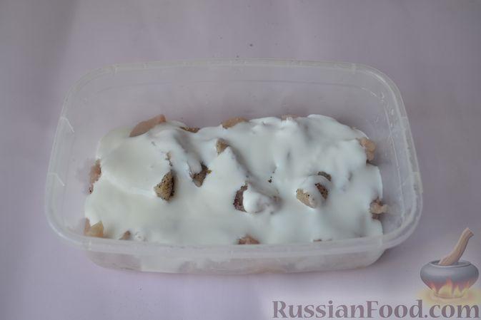 Фото приготовления рецепта: Куриные наггетсы в сырно-крекерной панировке - шаг №6