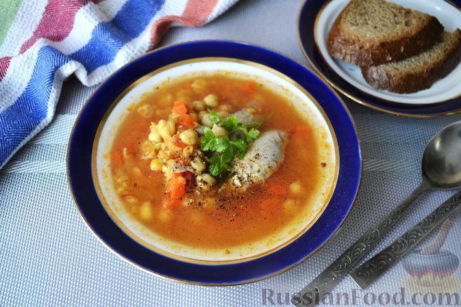 Фото к рецепту: Пряный куриный суп с нутом и красной чечевицей