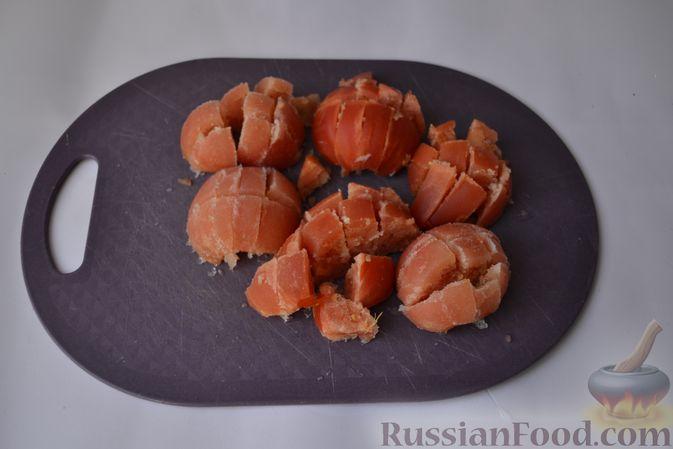 Фото приготовления рецепта: Пряный куриный суп с нутом и красной чечевицей - шаг №6