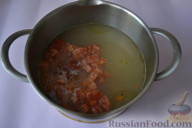 Фото приготовления рецепта: Пряный куриный суп с нутом и красной чечевицей - шаг №9
