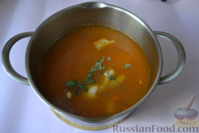 Фото приготовления рецепта: Пряный куриный суп с нутом и красной чечевицей - шаг №10