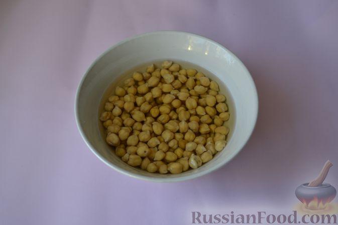 Фото приготовления рецепта: Пряный куриный суп с нутом и красной чечевицей - шаг №2
