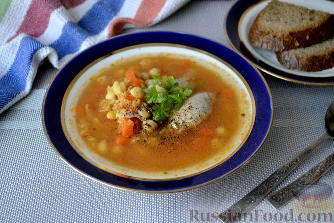 Фото приготовления рецепта: Пряный куриный суп с нутом и красной чечевицей - шаг №11