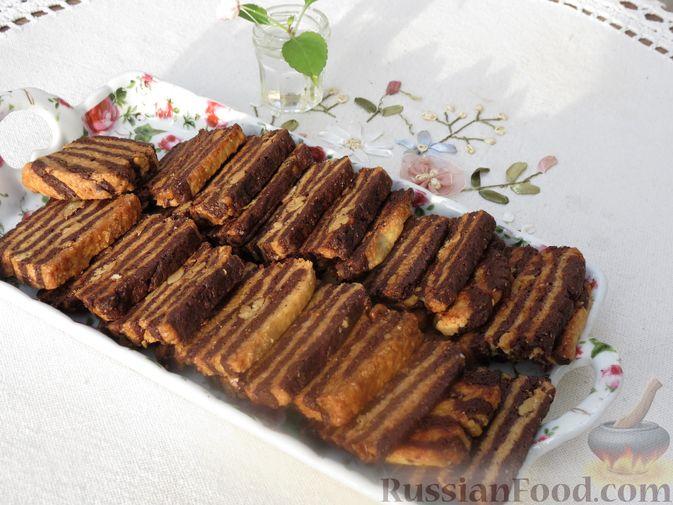 Фото к рецепту: Полосатое песочное печенье с какао и орехами