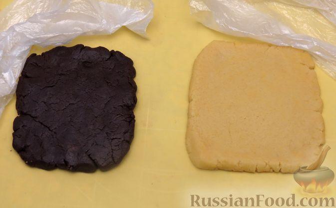 Фото приготовления рецепта: Полосатое песочное печенье с какао и орехами - шаг №8