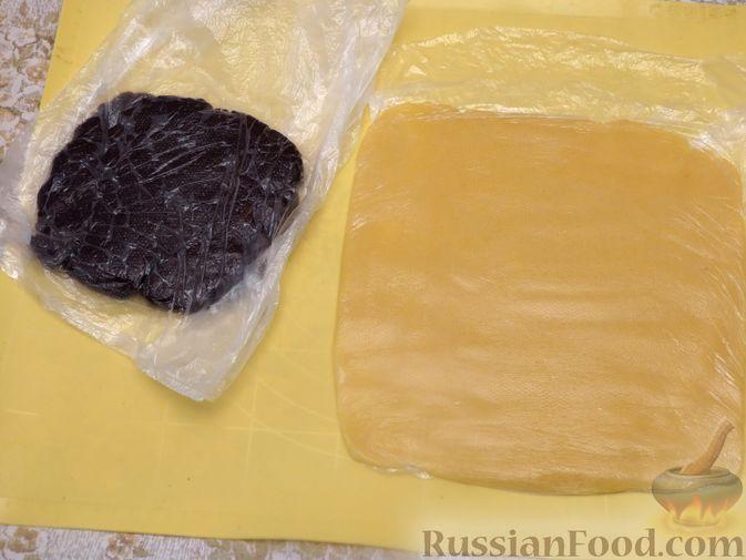 Фото приготовления рецепта: Полосатое песочное печенье с какао и орехами - шаг №9