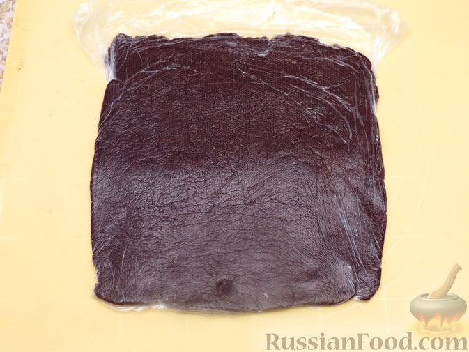 Фото приготовления рецепта: Полосатое песочное печенье с какао и орехами - шаг №10