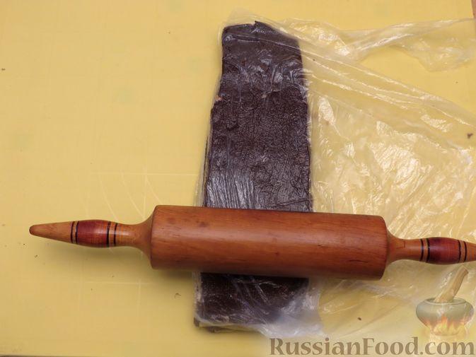 Фото приготовления рецепта: Полосатое песочное печенье с какао и орехами - шаг №14