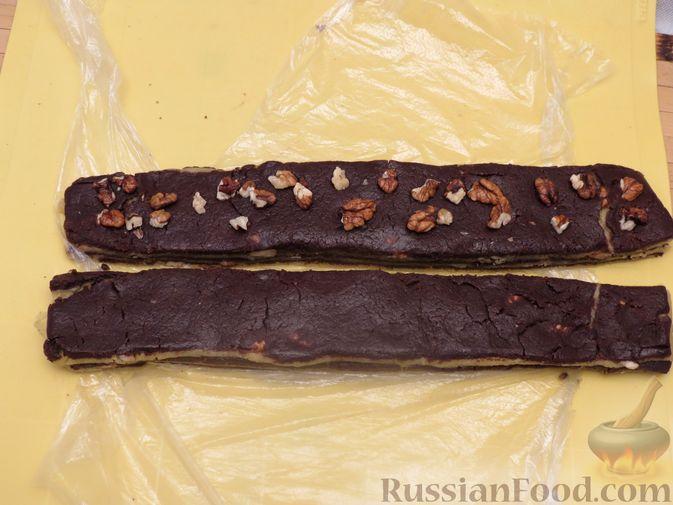 Фото приготовления рецепта: Полосатое песочное печенье с какао и орехами - шаг №15