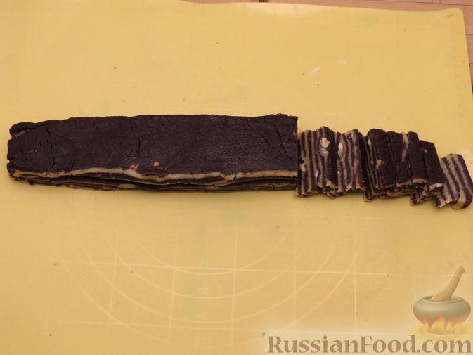 Фото приготовления рецепта: Полосатое песочное печенье с какао и орехами - шаг №16