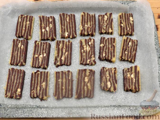 Фото приготовления рецепта: Полосатое песочное печенье с какао и орехами - шаг №17