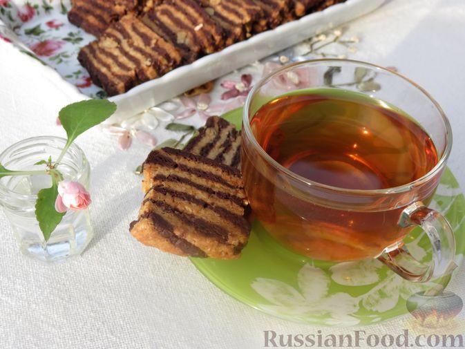 Фото приготовления рецепта: Полосатое песочное печенье с какао и орехами - шаг №18
