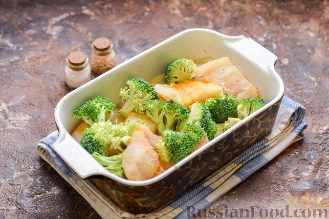 Фото приготовления рецепта: Минтай, запечённый с брокколи - шаг №6