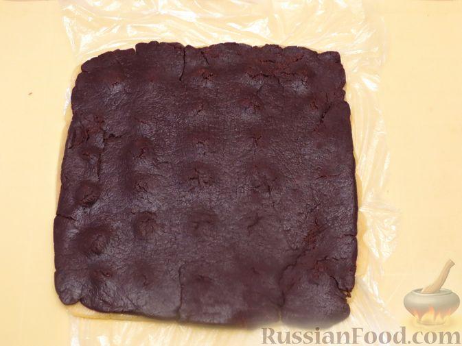Фото приготовления рецепта: Полосатое песочное печенье с какао и орехами - шаг №12