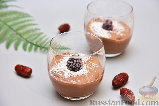 Фото к рецепту: Творожный мусс с финиками, кокосовой стружкой и какао