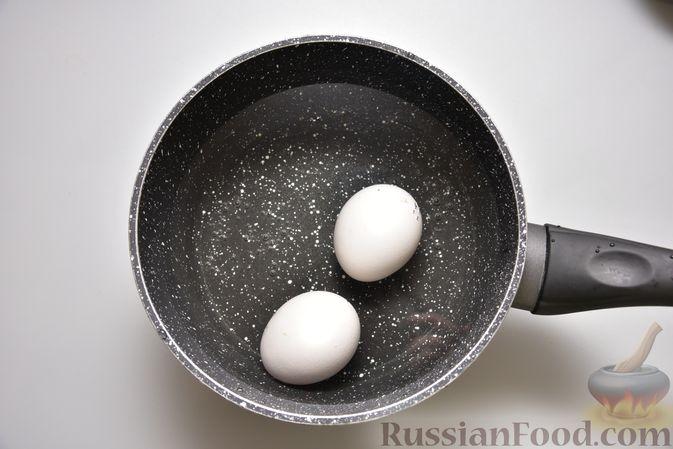 Фото приготовления рецепта: Салат с тунцом, кукурузой, солёными огурцами и яйцами - шаг №2