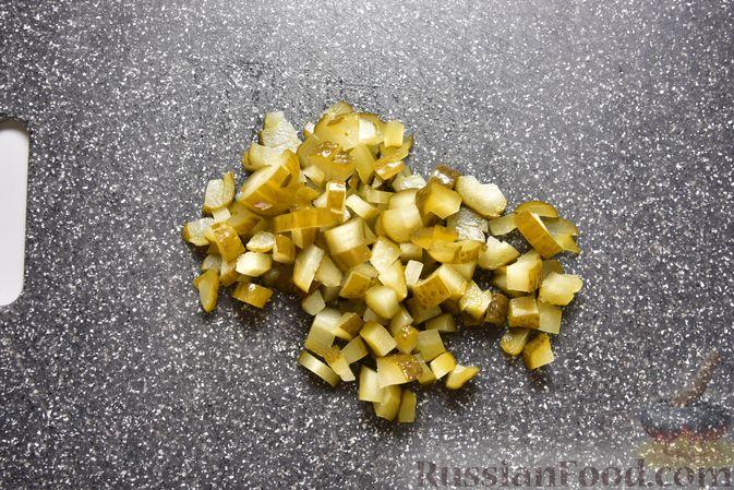 Фото приготовления рецепта: Салат с тунцом, кукурузой, солёными огурцами и яйцами - шаг №6